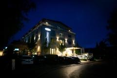 Hotel Olymp Munich - Apollo Gebäude bei Nacht