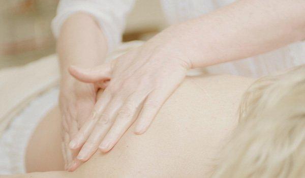 Hände Massieren Rücken einer Frau